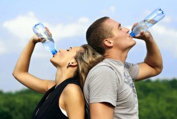 7 sinais de que você precisa beber mais água.
