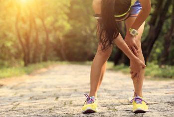 O joelho da mulher corredora